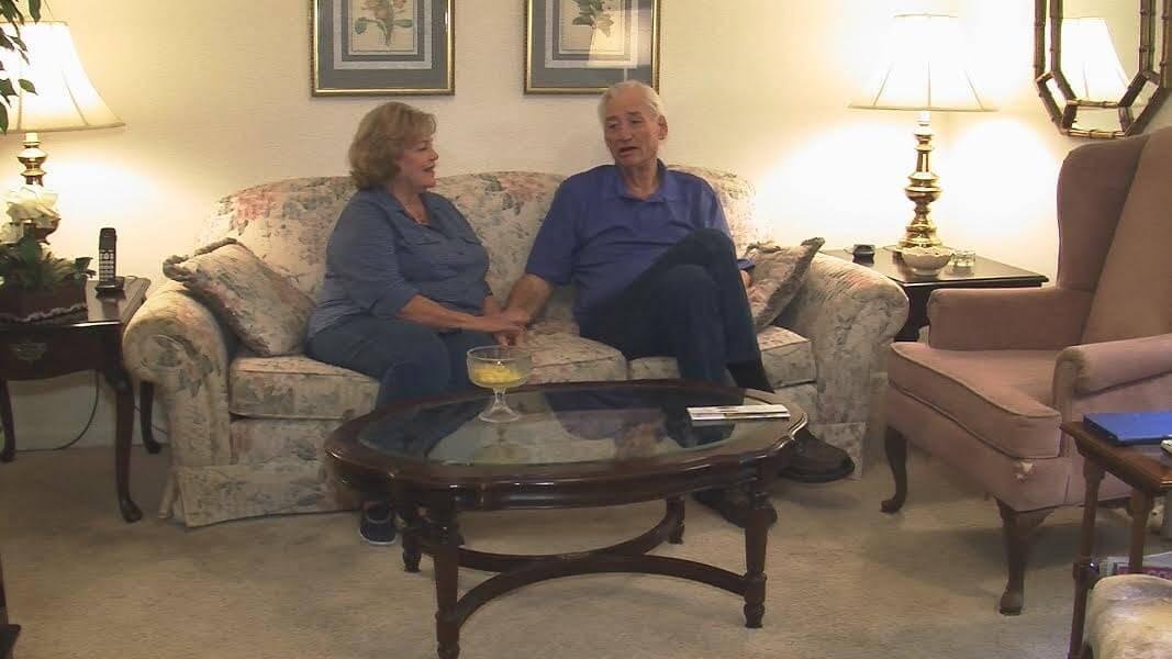 詹姆森與多年一直陪伴他的妻子 (圖:CBS)
