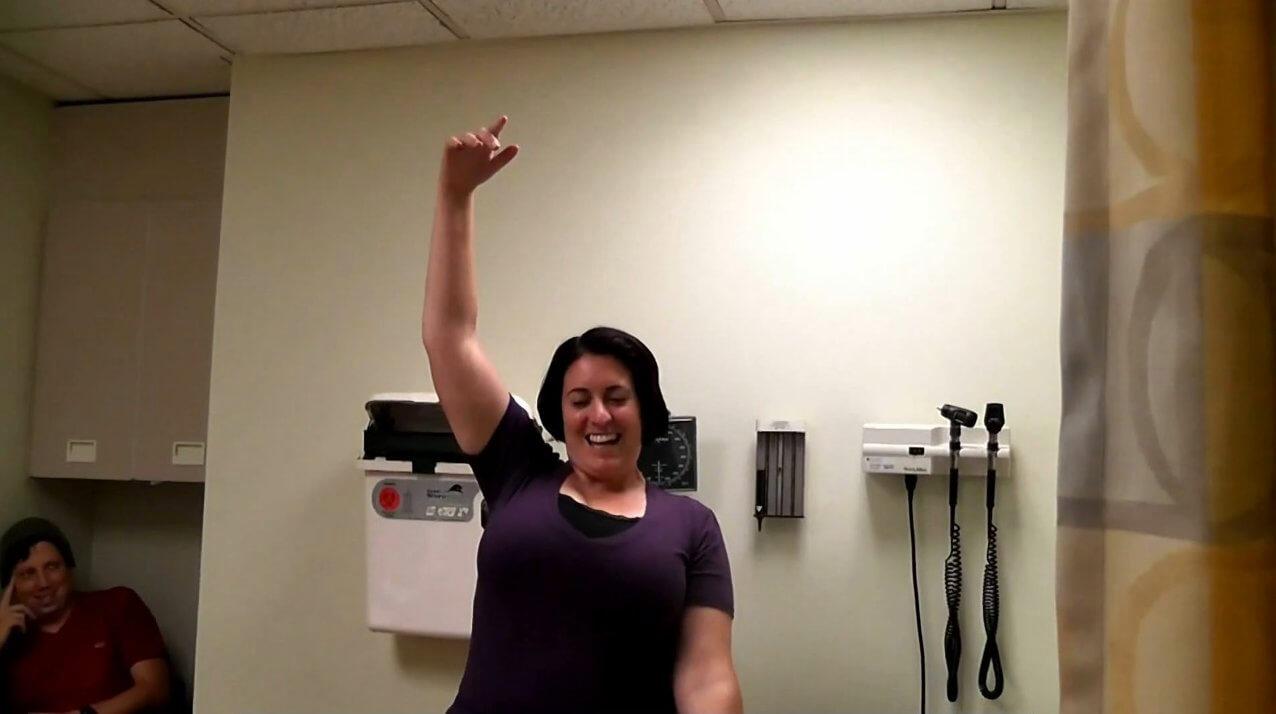 病人在療程後重獲四肢功能,表情興奮(圖:史丹福大學)