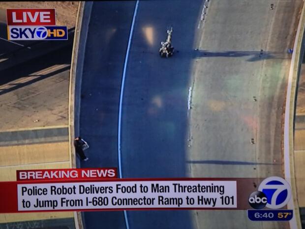 從公路的閉路電視可看見自尋短見的男子,和送披薩途中的機器人 (圖:Sky TV)