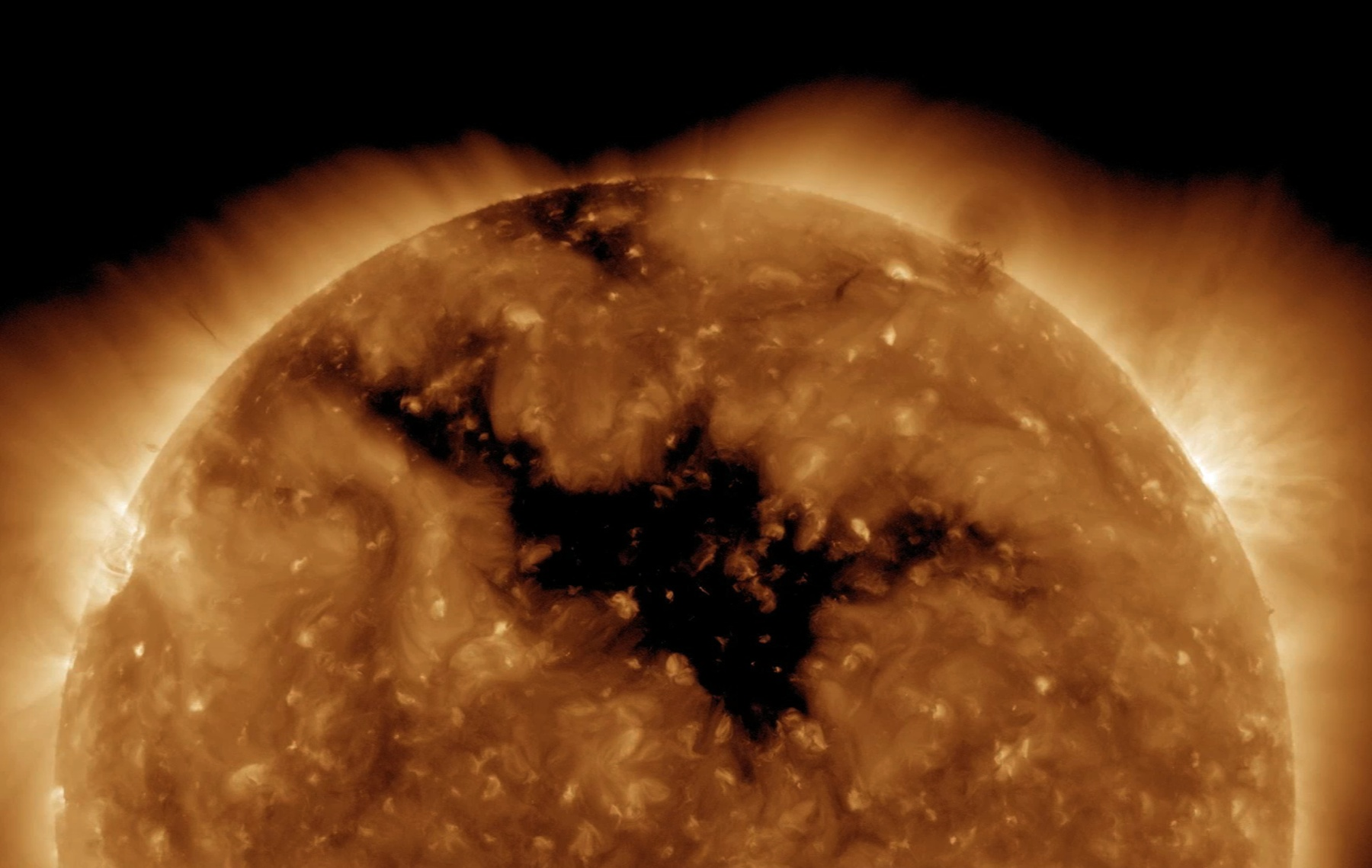 黑暗處為太陽冕洞 (圖:NASA)
