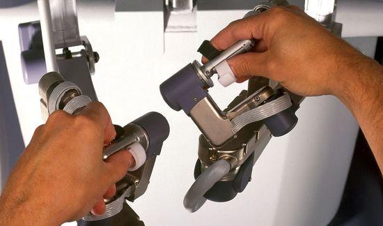 手術機械臂的操作 (圖:Intuitive Surgical)