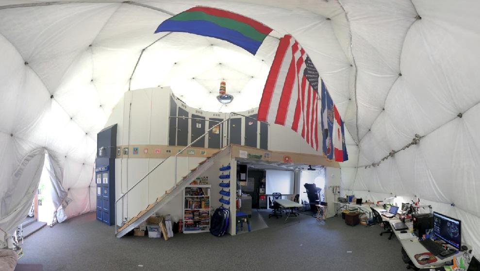 科學家於過去一年在內生活的帳篷,左方可以看到出入必須經過的氣閘艙 (圖:Zak Wilson)